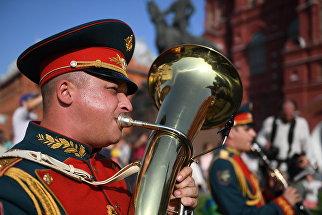 Музыканты военного образцового оркестра Почетного караула во время закрытия летнего сезона Военные оркестры в парках. 19 августа 2017
