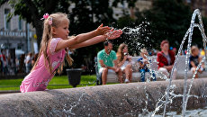 Ребенок у фонтана  в центре Санкт-Петербурга. Архивное фото