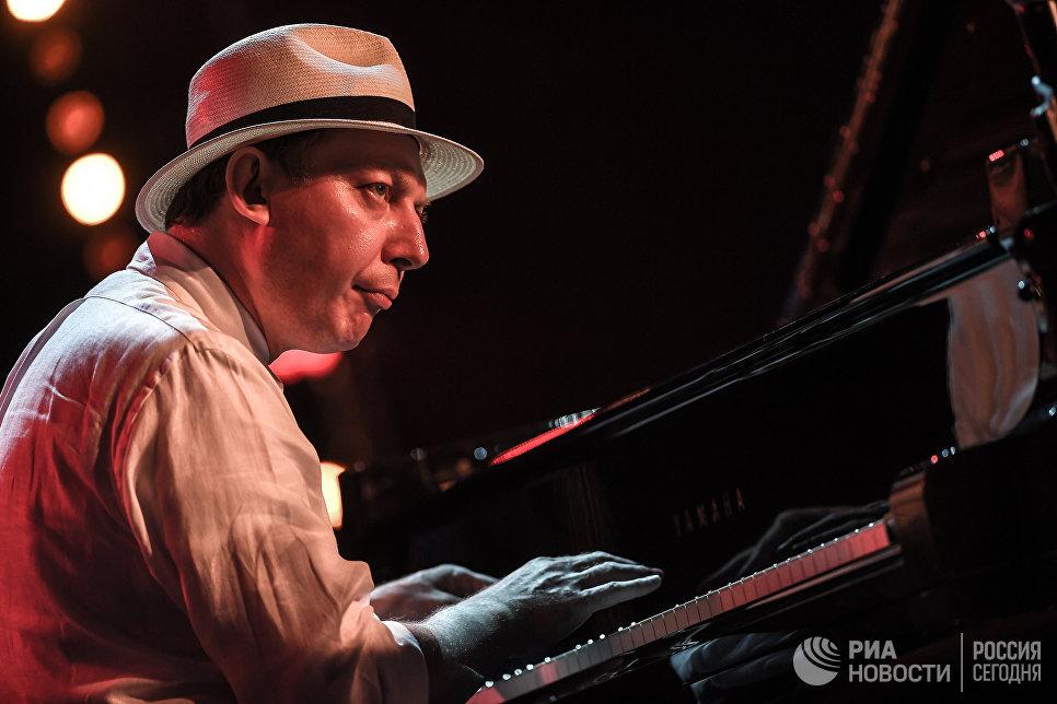 Музыкант Яков Окунь во время выступления Международного ансамбля Якова Окуня на фестивале Koktebel Jazz Party 2017