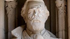 Поврежденный памятник генералу Роберту Ли в Северной Каролине, США
