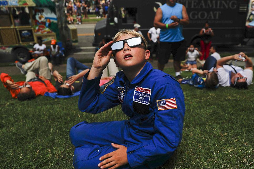 Тайлер Хансон наблюдает за солнечным затмением в Нэшвилле штат Теннесси США.  21 августа 2017