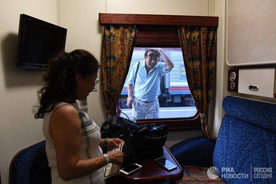 Пассажирка в купе туристического поезда Императорская Россия перед отправлением с Казанского вокзала по маршруту Москва - Пекин