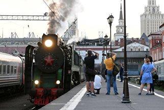 Туристический поезд Императорская Россия перед отправлением с Казанского вокзала по маршруту Москва - Пекин