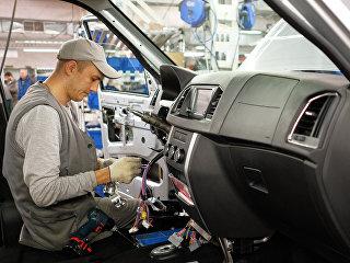 Подключение электроники на конвейере сборочного цеха Ульяновского Автомобильного Завода (УАЗ). Архивное фото