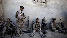Морские пехотинцы США отдыхают во время патрулирования города Сангин в Афганистане. Архивное фото