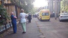 Автомобили скорой помощи и полиции на месте убийства на территории завода ГАЗ в Нижнем Новгороде