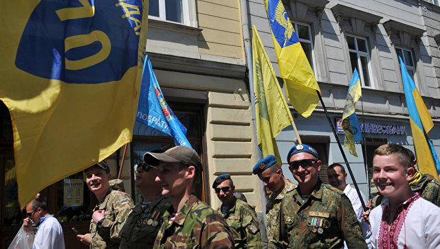 Военнослужащие ВСУ на марше в День Героев во Львове. 28 мая 2017
