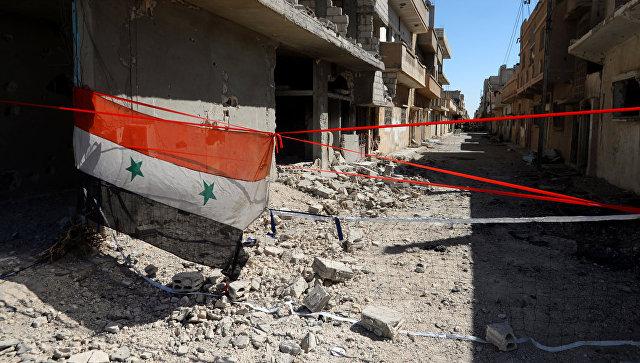 Флаг Сирии на разрушенной улице
