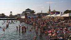 Отдыхающие на побережье Черного моря в Сочи. Архивное фото