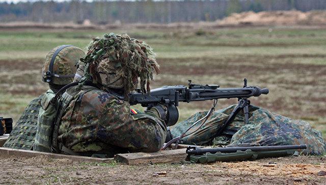 Солдаты во время учений НАТО. Архивное фото