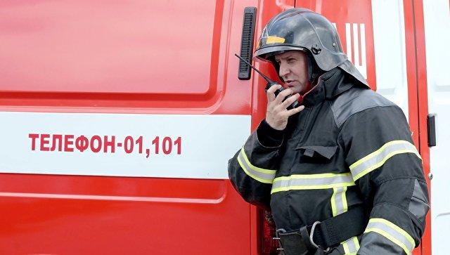 Сотрудник МЧС во время пожарно-тактических учений
