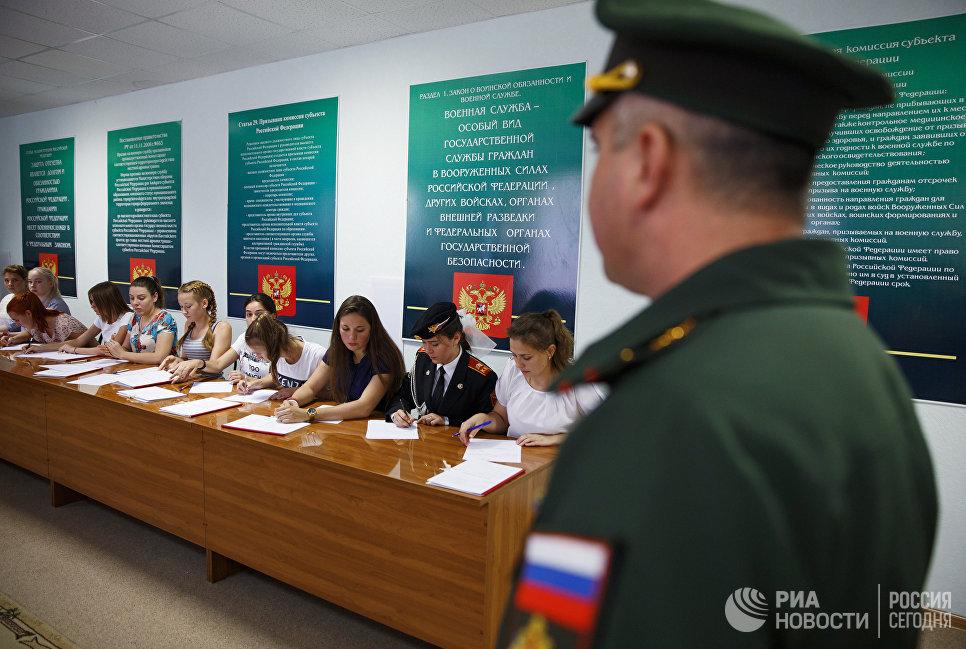 Девушки-кандидаты в курсанты Краснодарского высшего военного авиационного училища летчиков проходят профотбор