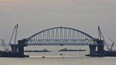 Железнодорожная арка строящегося моста через Керченский пролив, поднятая до проектной высоты. 29 августа 2017