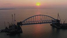 Строители подняли железнодорожную арку Крымского моста на фарватерные опоры
