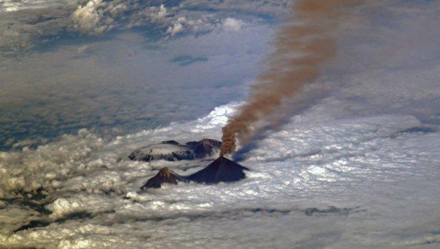 Вулкан Карымский наКамчатке выбросил столб пепла на2км