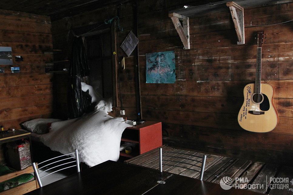 Разбитое медведем окно в одном из домов на полярной станции в бухте Тихая.