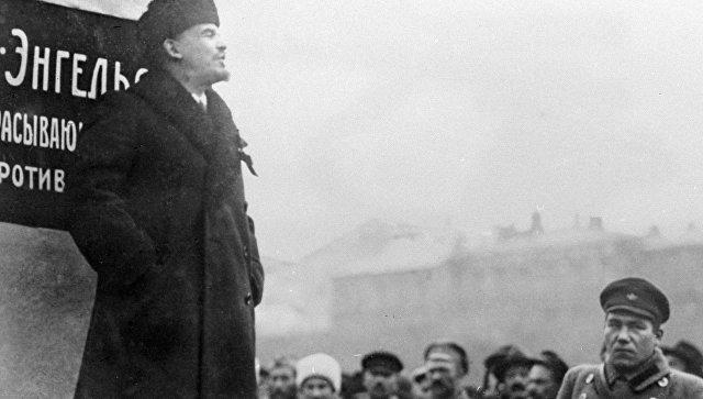 Владимир Ильич Ленин на открытии временного памятника Карлу Марксу и Фридриху Энгельсу на площади Революции в Москве