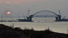 Железнодорожная арка строящегося моста через Керченский пролив, поднятая до проектной высоты