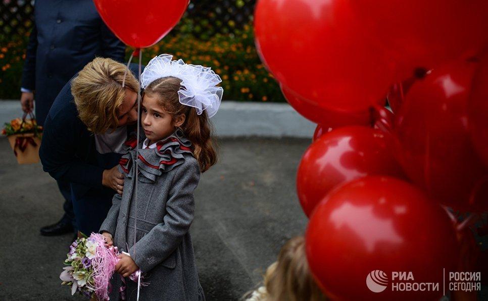 Ученики первых классов гимназии №1 города Новосибирска перед началом торжественной линейки посвященной Дню знаний
