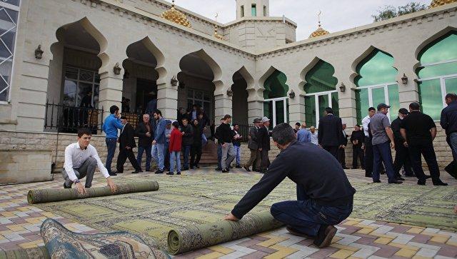 Мусульмане в день праздника жертвоприношения Курбан-байрам в Соборной мечети города Усть-Джегута. 1 сентября 2017