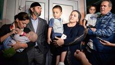 Встреча спасенных в Ираке российских детей в аэропорту Грозного. 1 сентября 2017