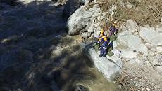 Спасатели-пиротехники Центра Лидер МЧС Росси расчищают русло реки Баксан в Кабардино-Балкарии для скорейшего восстановления разрушенной сходом сели дороги. 4 сентября 2017