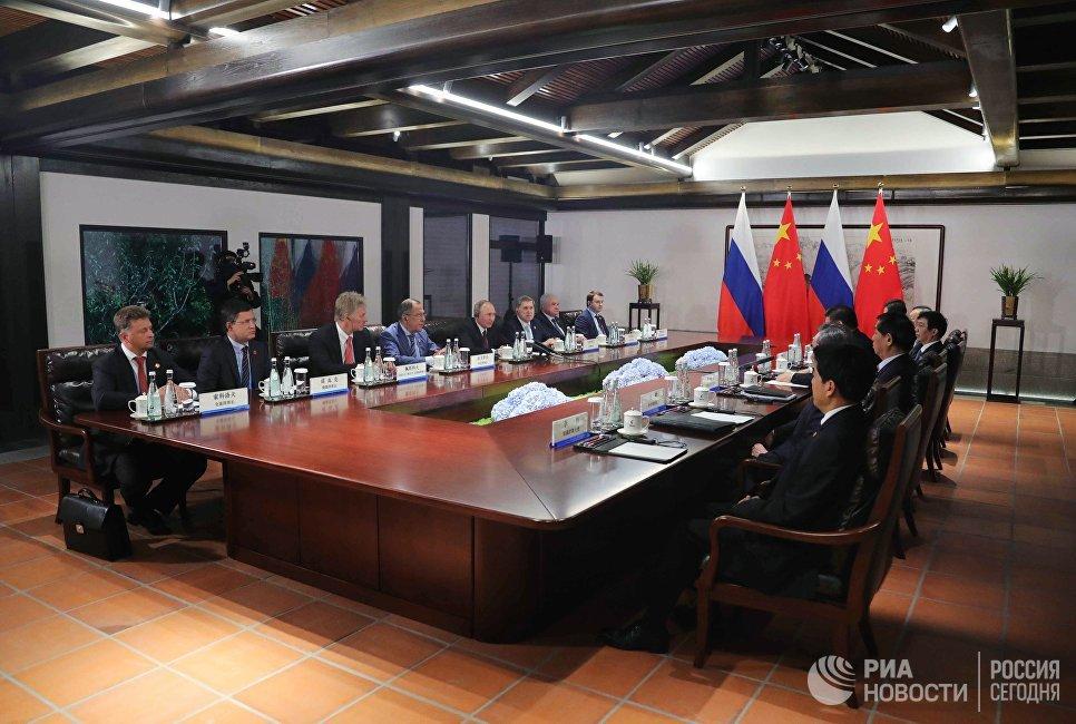 3 сентября 2017. Президент РФ Владимир Путин и председатель КНР Си Цзиньпин во время переговоров на полях саммита БРИКС в Сямэне