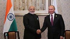 Президент РФ Владимир Путин и премьер-министр Республики Индии Нарендра Моди во время встречи на полях саммита лидеров БРИКС. 4 сентября 2017