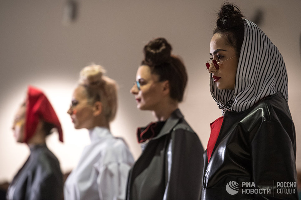 Модели демонстрируют одежду на открытии международной выставки Мода – народу! От конструктивизма к дизайну в музейно-выставочном центре Рабочий и Колхозница в Москве