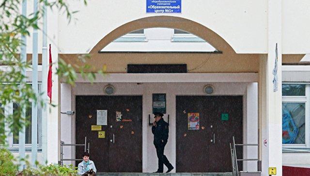Сотрудник правоохранительных органов у здания школы №1 в Ивантеевке Московской области. 5 сентября 2017