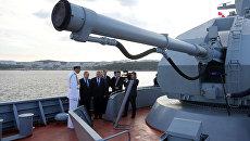 Президент РФ Владимир Путин во время осмотра корвета проекта 20380 Совершенный в бухте Аякс. 6 сентября 2017