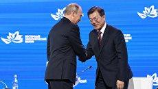 Президент РФ Владимир Путин и президент Республики Кореи Мун Чжэ Ин на пленарном заседании III Восточного экономического форума. 7 сентября 2017