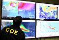 Член комитета по чрезвычайным операциям следит за траекторией движения урагана Ирма в Санто-Доминго, Доминиканская Республика