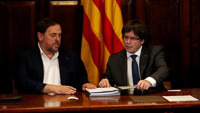 Председатель правительства Каталонии Карлес Пучдемон и вице-президент Уриол Жункерас подписывают декрет о проведении референдума о независимости от Испании. 6 сентября 2017