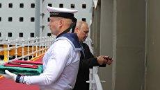 Владимир Путин во время посещения дальневосточного судостроительного комплекса Звезда закрепляет памятную табличку на закладной секции одного из судов. 8 сентября 2017