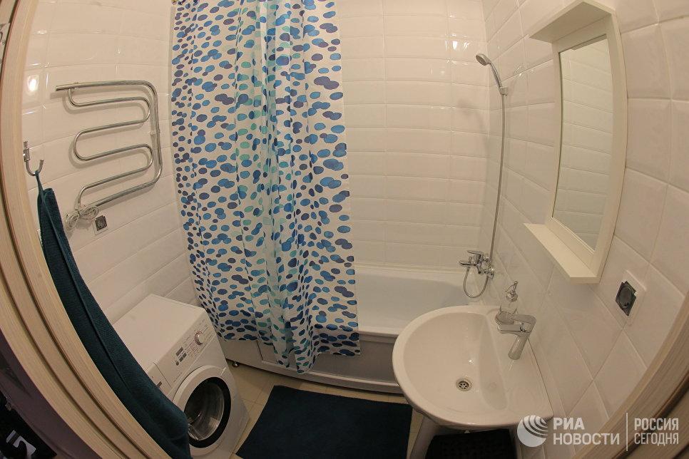 Ванная комната типовой 2-комнатной квартиры, предназначенной для переселения по программе реновации, в шоу-руме на ВДНХ в Москве
