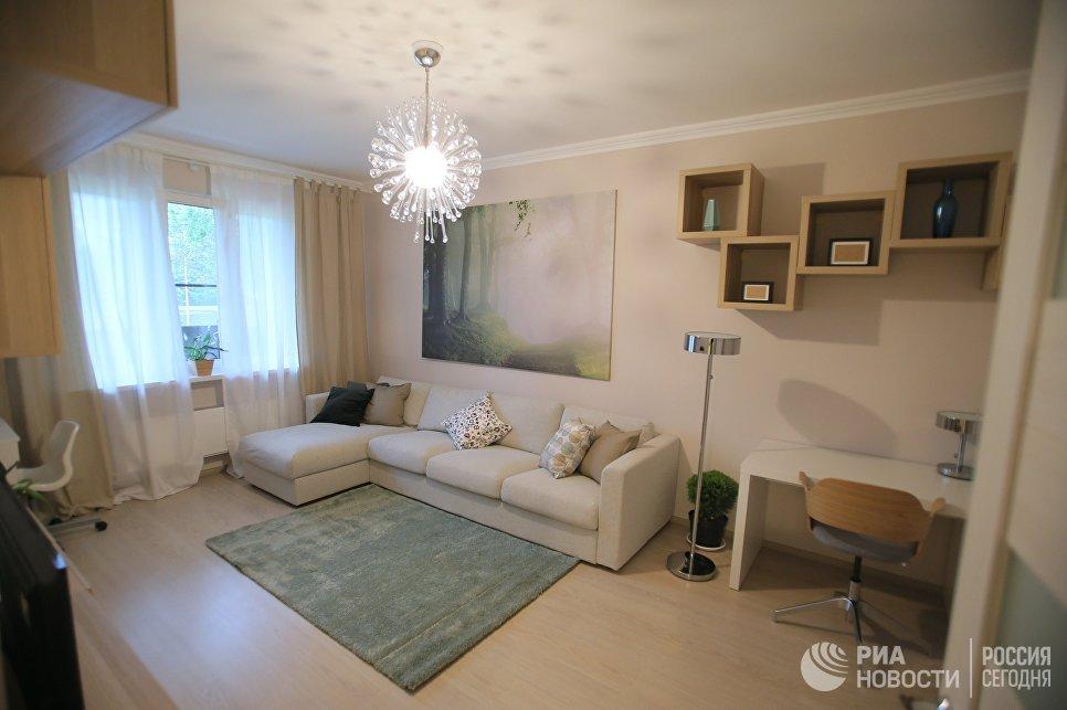 Гостиная типовой 2-комнатной квартиры, предназначенной для переселения по программе реновации, в шоу-руме на ВДНХ в Москве