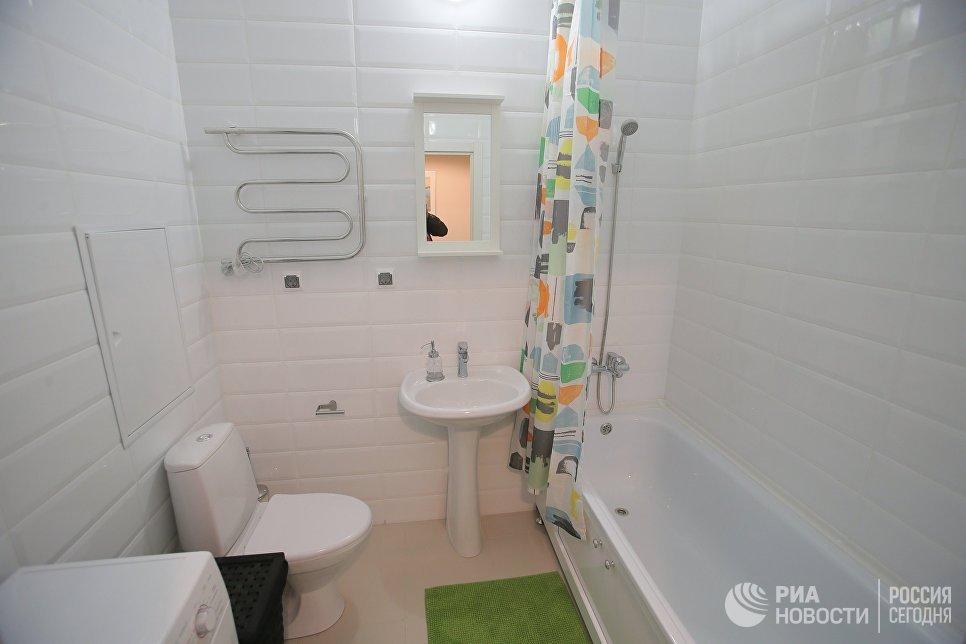 Ванная комната типовой 1-комнатной квартиры, предназначенной для переселения по программе реновации, в шоу-руме на ВДНХ в Москве
