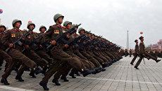 Северокорейские военнослужащие маршируют на площади Ким Ир Сена во время празднования Дня образования КНДР в Пхеньяне. Архивное фото