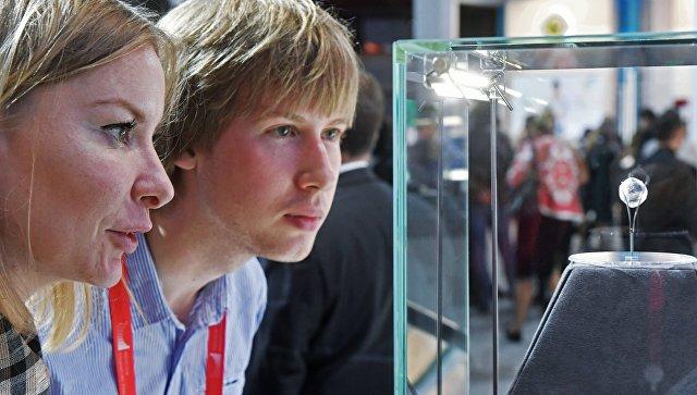 Посетители рассматривают алмаз на Московском финансовом форуме 2017