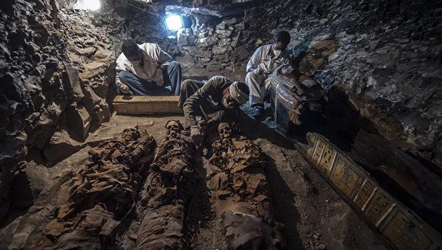 Археологи ведут раскопки в гробнице на западном берегу Нила в районе Луксора, Египет. 9 сентября 2017
