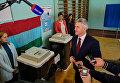 Временно исполняющий обязанности главы Республики Карелия Артур Парфенчиков на избирательном участке в единый день голосования. 10 сентября 2017