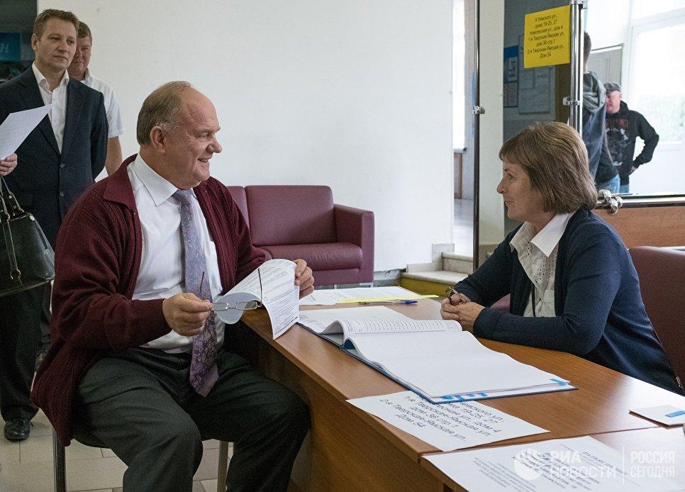 Лидер КПРФ Геннадий Зюганов в единый день голосования на избирательном участке №142 в Москве. 10 сентября 2017
