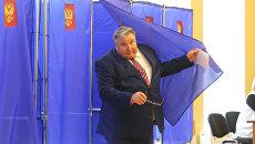 Временно исполняющий обязанности главы Республики Мордовия Владимир Волков в единый день голосования на избирательном участке в Краснодаре. 10 сентября 2017
