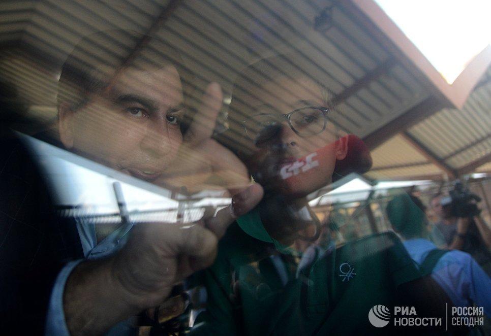 Экс-президент Грузии, бывший губернатор Одесской области Михаил Саакашвили с сыном Николозом в вагоне поезда на железнодорожном вокзале в польском Пшемышле
