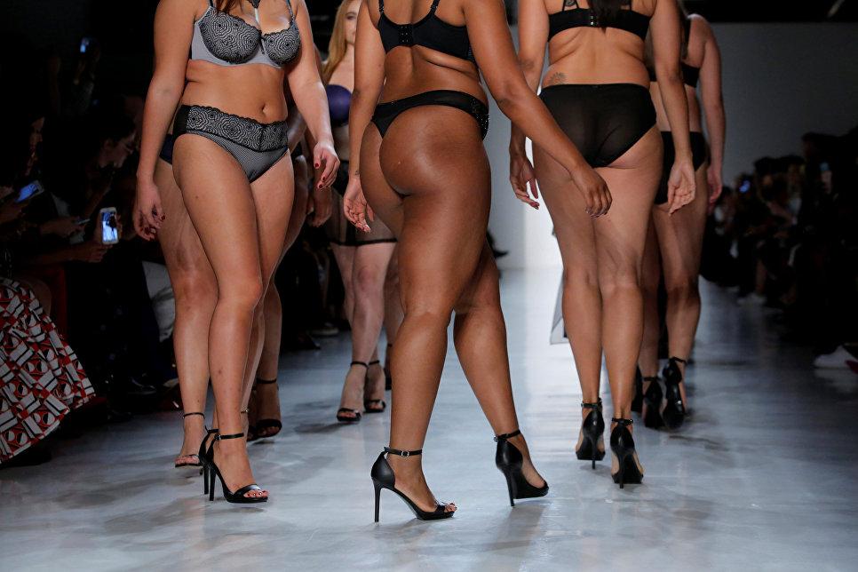 Модели во время показа Elle на неделе моды в Нью-Йорке