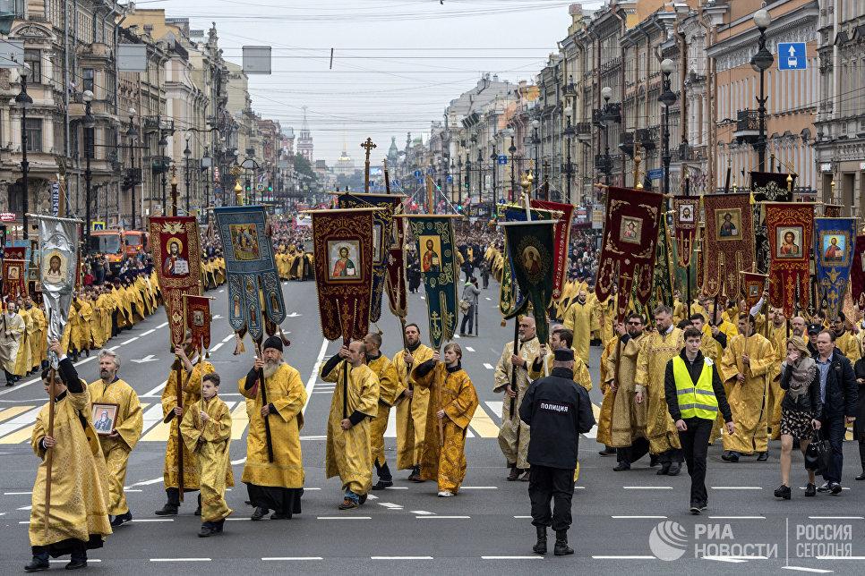 Во время крестного хода в честь дня перенесения мощей святого благоверного князя Александра Невского в Санкт-Петербурге
