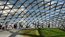 Посетители в Стеклянной коре в природно-ландшафтном парке Зарядье в Москве