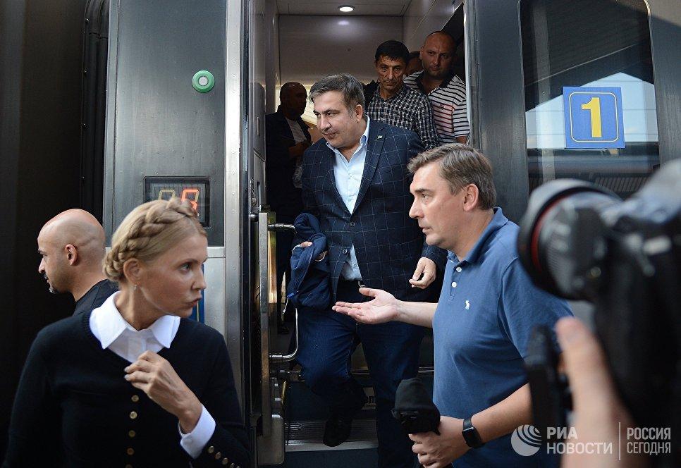 Экс-президент Грузии, бывший губернатор Одесской области Михаил Саакашвили выходит из вагона поезда на железнодорожном вокзале в польском Пшемышле