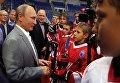 Президент России Владимир Путин вместе с хоккеистами сборных СССР и Канады, участвовавших в легендарной суперсерии 1972 года, общается с молодыми хоккеистами